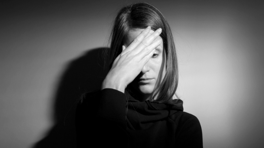 3 عادات يومية شائعة تدمر سعادتك وتستنزف طاقتك.. كيف تتخلص منها؟