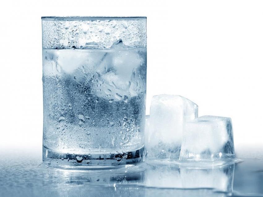 شرب الماء المثلج يسبب هذه المشكلة.. خاصة لهؤلاء الأشخاص
