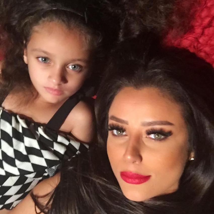 رضوى الشربيني تتعرض للانتقاد بسبب فيديو جريء مع ابنتها